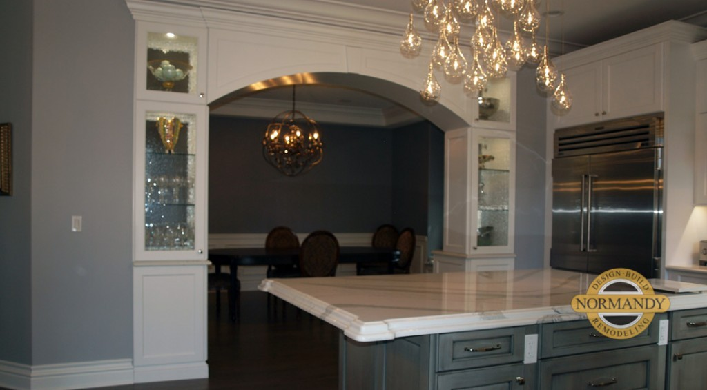 cabinetry arch that joins the kitchen and dining room