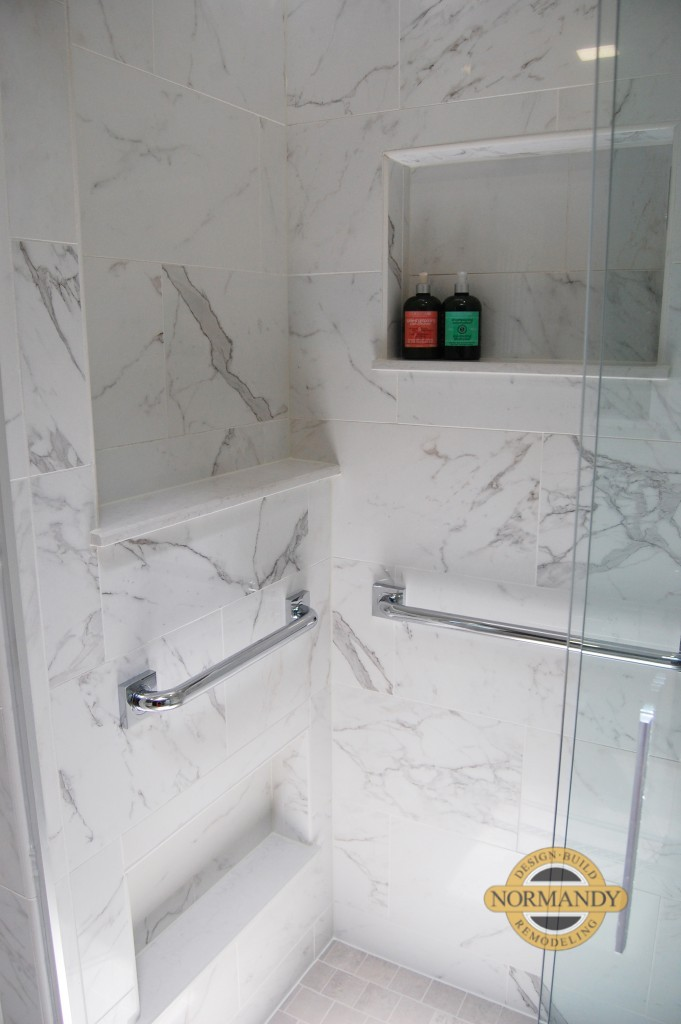 Shower with storage niches and niche for shaving